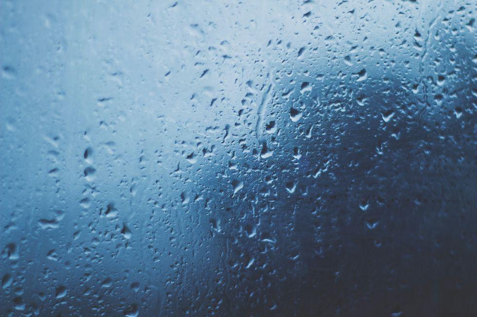 https://pixabay.com/photos/raindrops-raining-rain-wet-water-828954/
