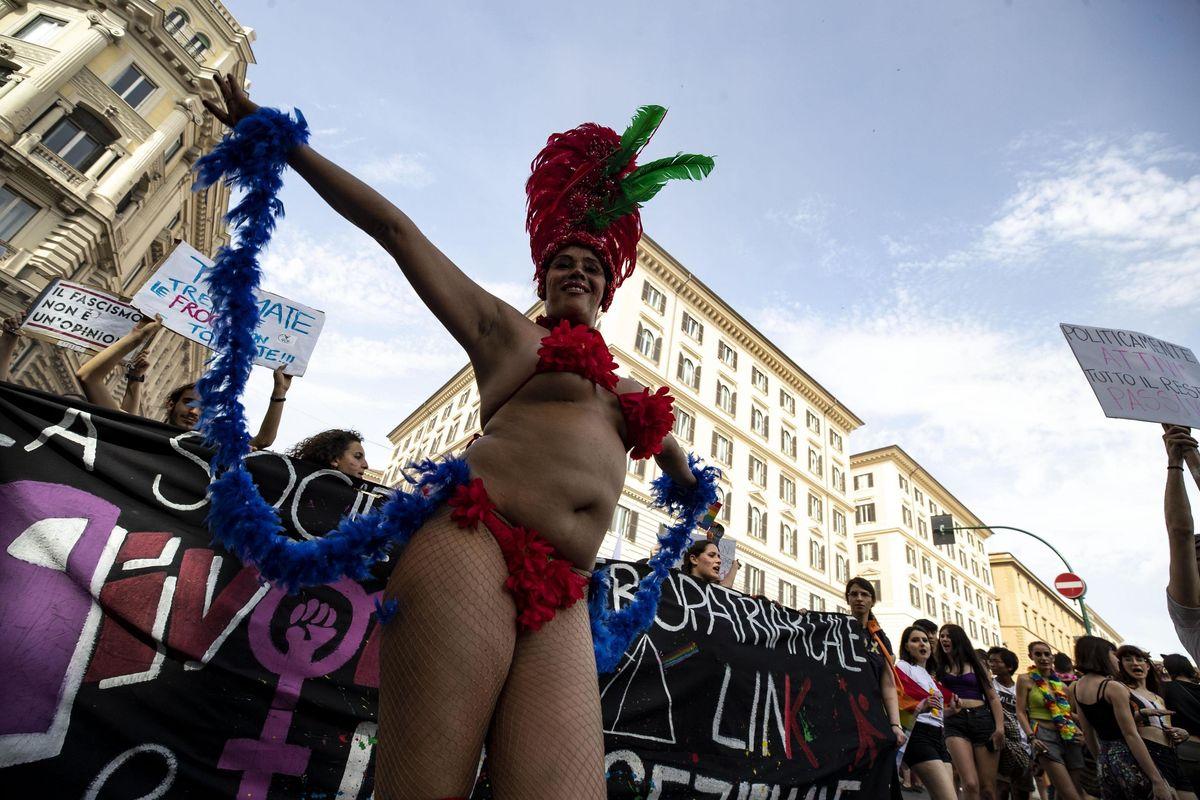 Sala imbratta la sede del Comune per la marcia gay pro utero in affitto