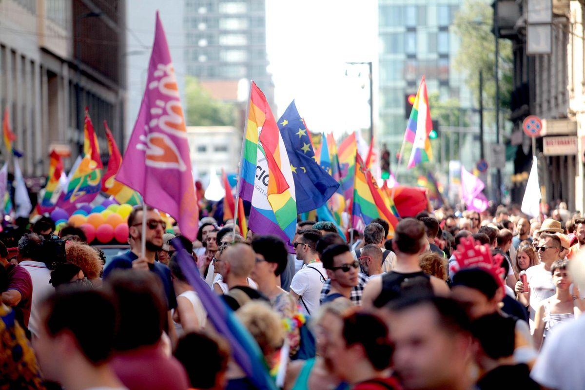 Anche il Pride si butta sulla capitana. Sfilata aperta dal carro pro migranti