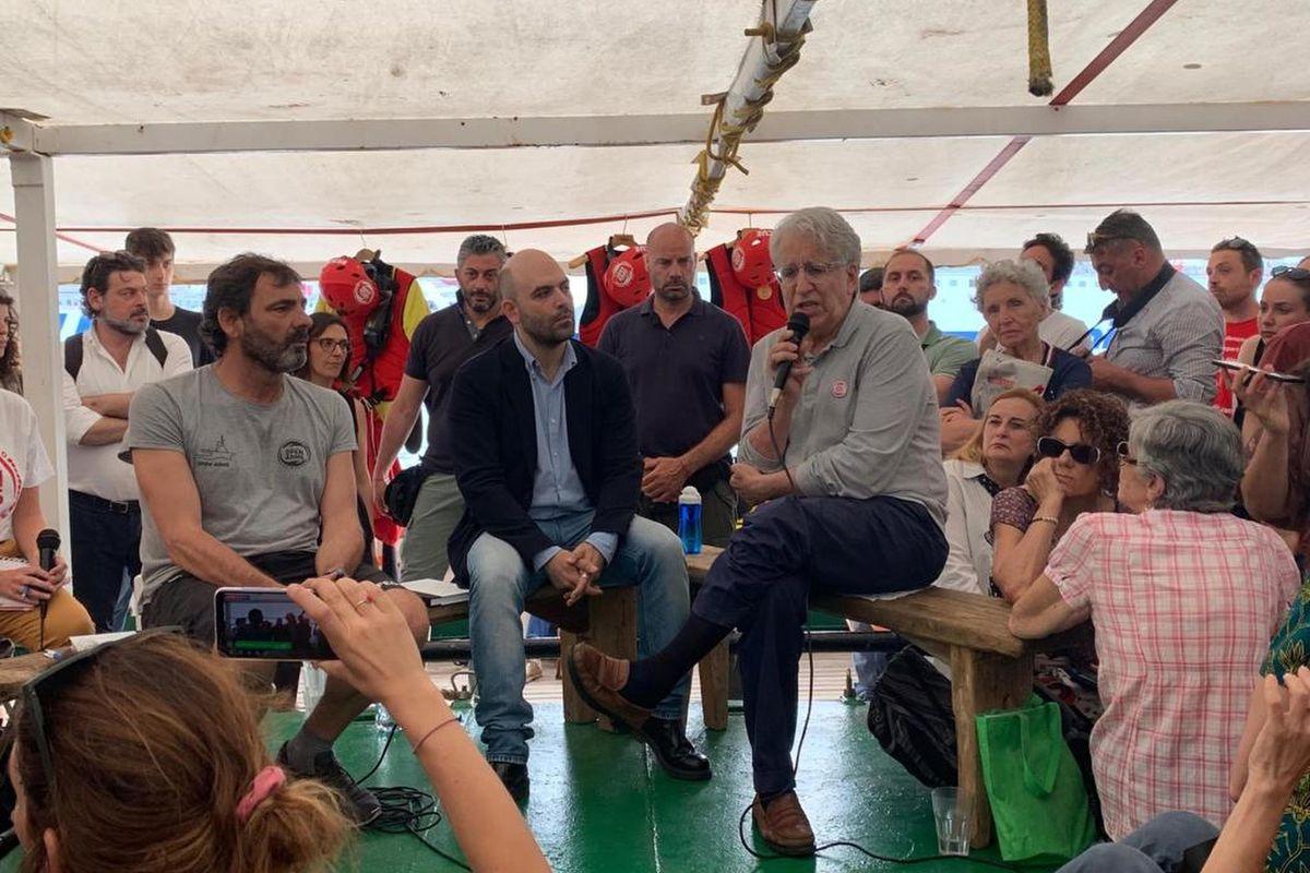 Con la Capitana solo la Boldrini, Saviano e cantanti da comizio