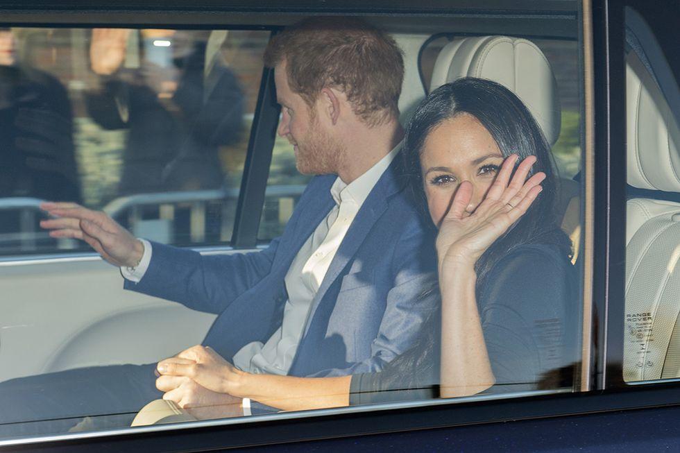 Harry e Meghan mano nella mano arrivano a Nottingham al loro primo impegno ufficiale da fidanzati