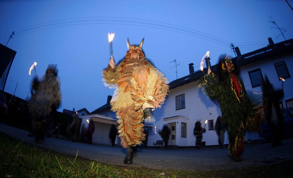 Un'immagine della festa celtica di Perchten, culto pagano assimilabile alla tradizione della Befana dove figure demoniache esorcizzano il male a auspicano un buon anno per i raccolti