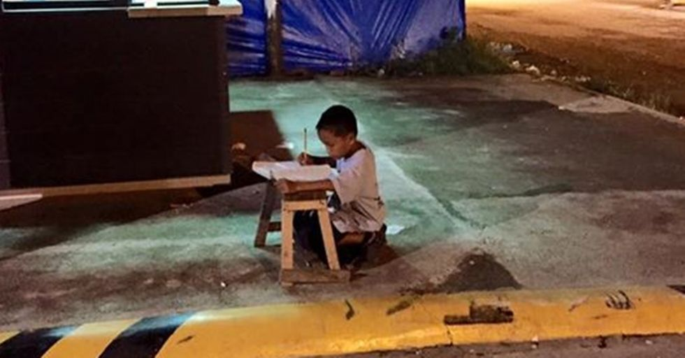 Homeless Boy Photographed Studying in the Street Gets a Scholarship