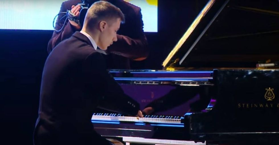 Fingerless Russian Pianist Is Incredible