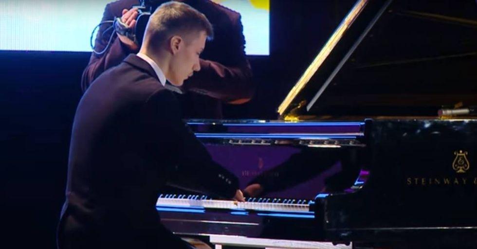 FingerlessRussian Pianist Is Incredible