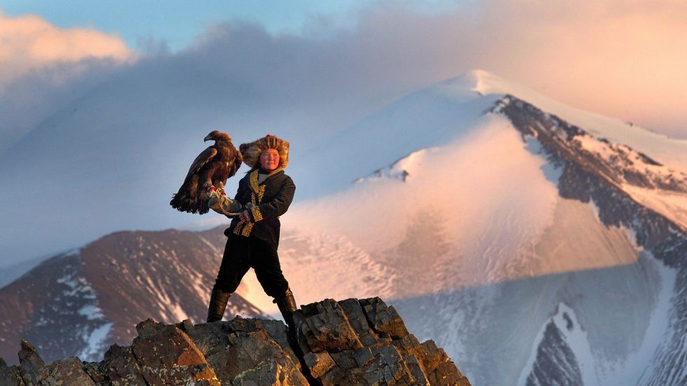 """A 15-Year-Old Girl Becomes The First """"Eagle Huntress"""" Of Her Tribe"""