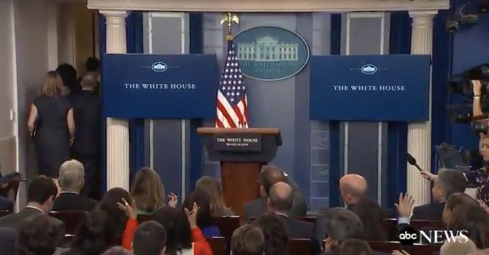 Press Members Lose Their Minds 60 Seconds After Sean Spicer Suddenly Bolts