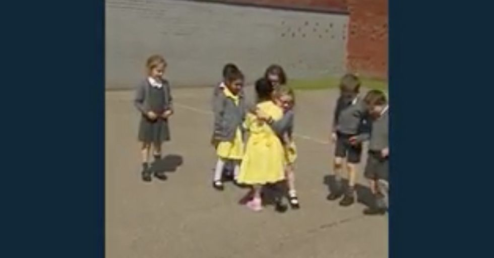 Little Girl With New Prosthetic Limb Receives A Heartwarming Reaction From Classmates Upon Her Return To School