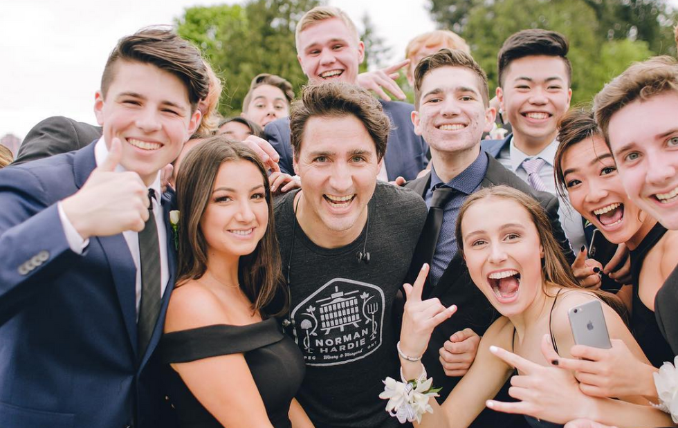 Justin Trudeau Photobombed Some Kids For The Best Prom Photo Ever