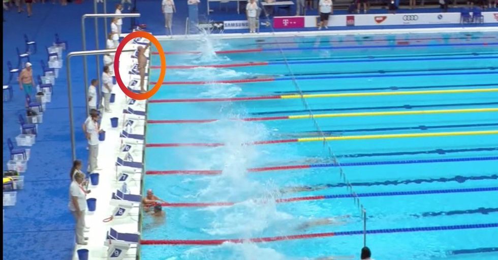 Spanish Swimmer Pays Tribute To The Barcelona Victims With A Moment Of Silence During A Race