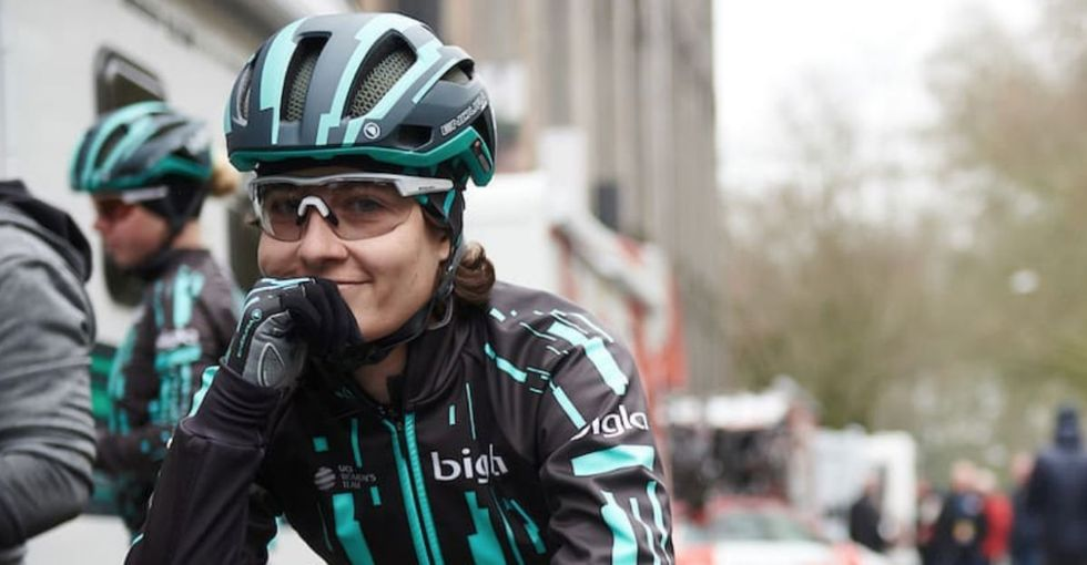 A female cyclist shut down a race by catching up to the men, and we're here for it.