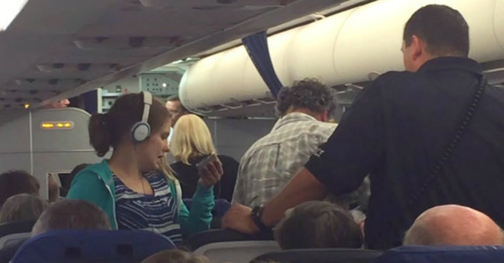 """Passengers Shout """"Leave Her Alone!"""" As United Airlines Removes Girl With Autism From Flight"""