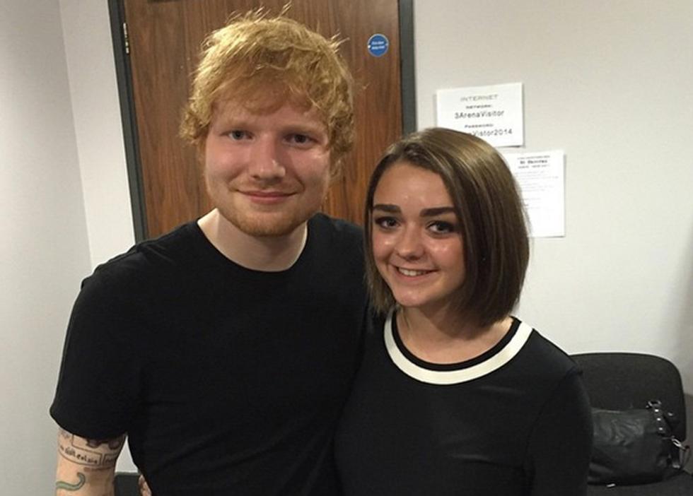 Ed Sheeran insieme all'attrice Maise Williams