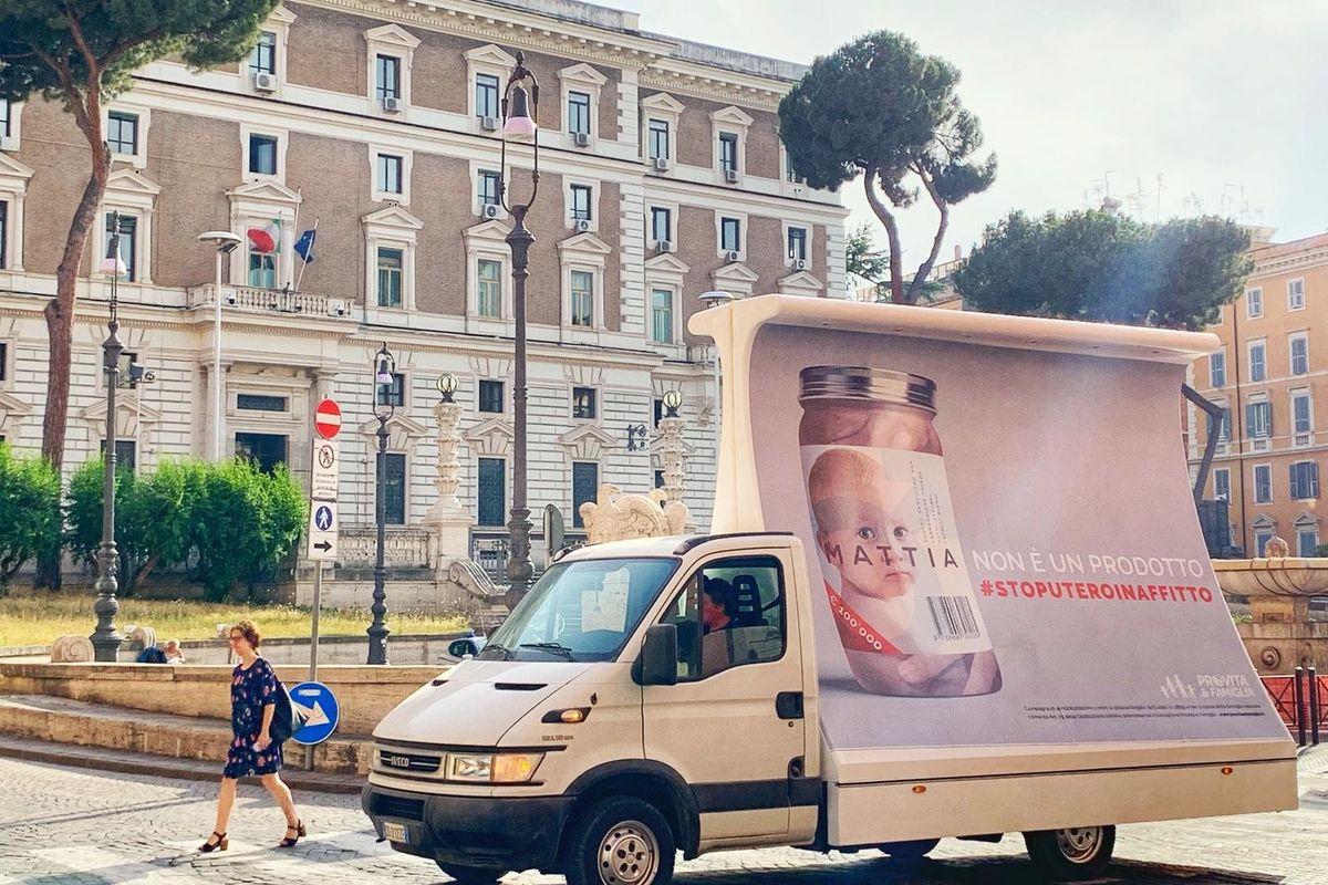 Campagna choc contro l'utero in affitto: vele a Roma. «Mattia non è un prodotto da vendere o regalare. Appello a Salvini»