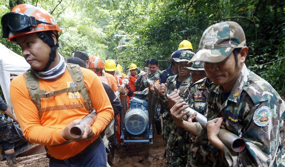 I soccorritori thailandesi al lavoro con le pompe per drenare l'acqua dalla grotta che tiene intrappolati 12 ragazzini e il loro allenatore
