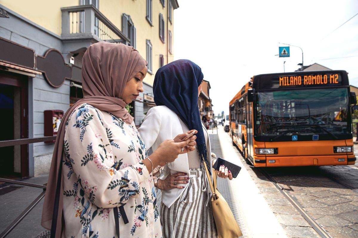 Il rincaro del bus lo pagano i milanesi. Lo sconto di Sala va solo agli stranieri