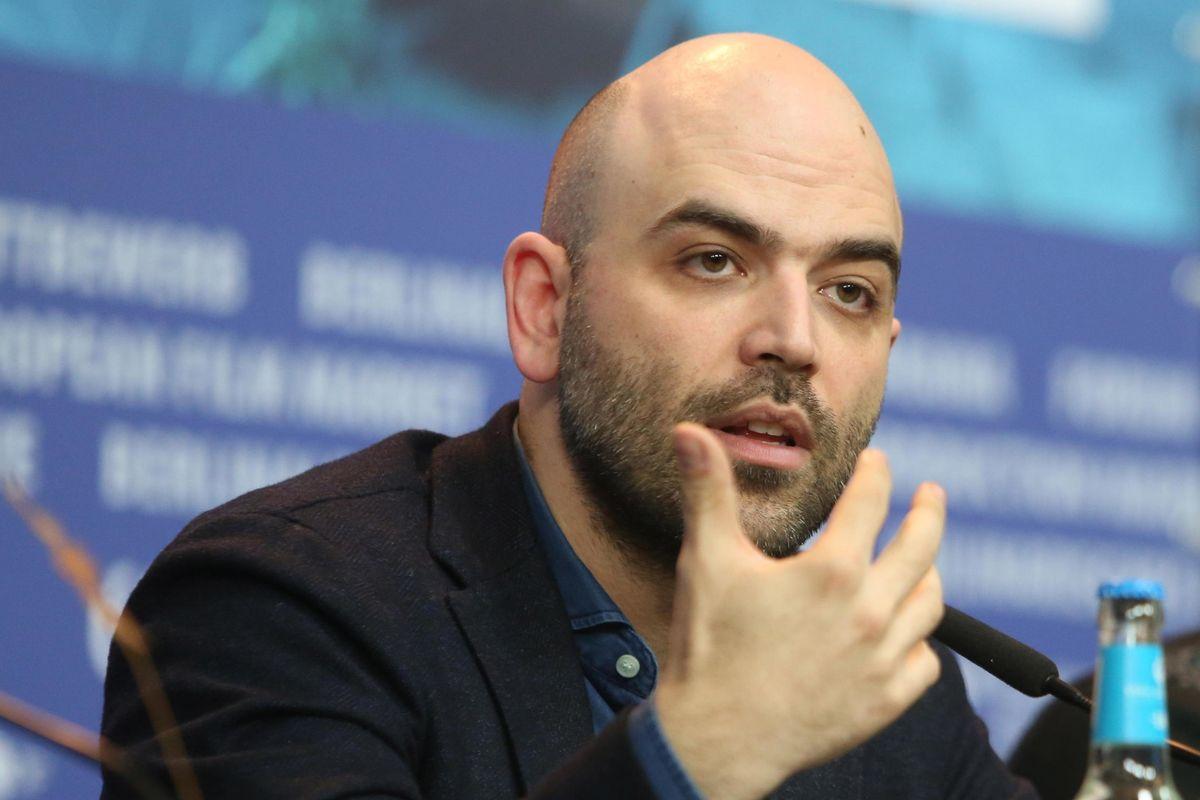 Saviano va in ansia per gli immigrati. Raggi approfitta per sferzare Salvini