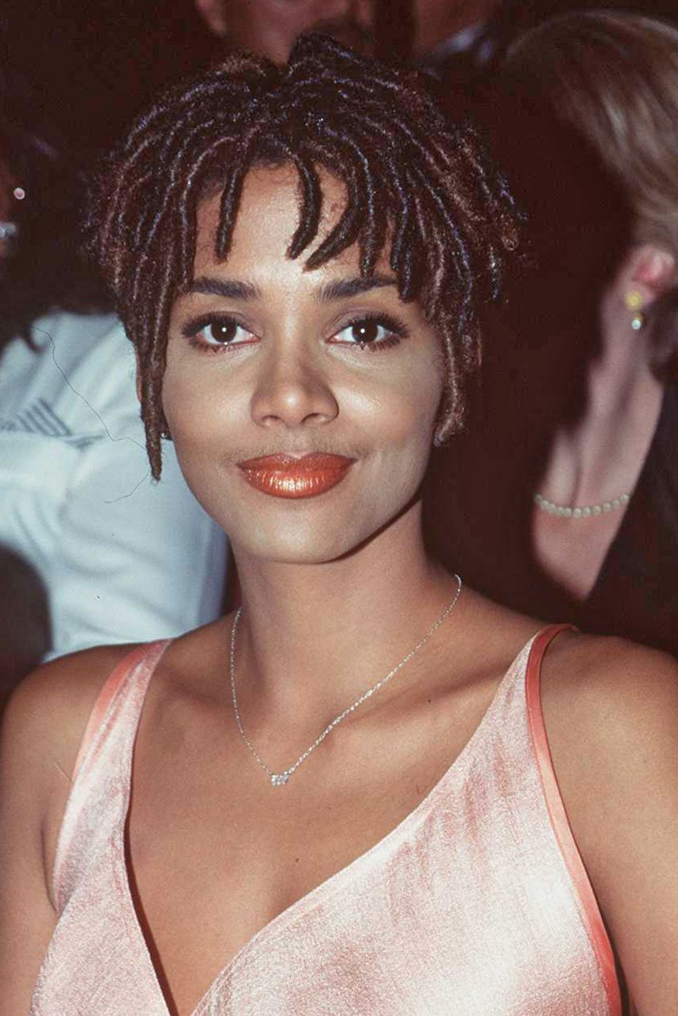 Why Halle Berry Will Always Have An Affinity For Short Hair Xonecole Women S Interest Love Wellness Beauty