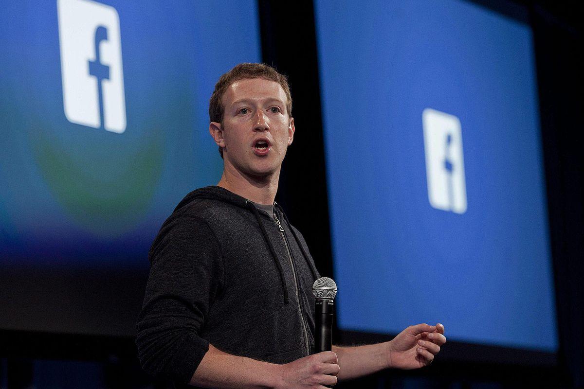 Bloomberg rivela: Facebook ascolta e trascrive le chat dei suoi utenti