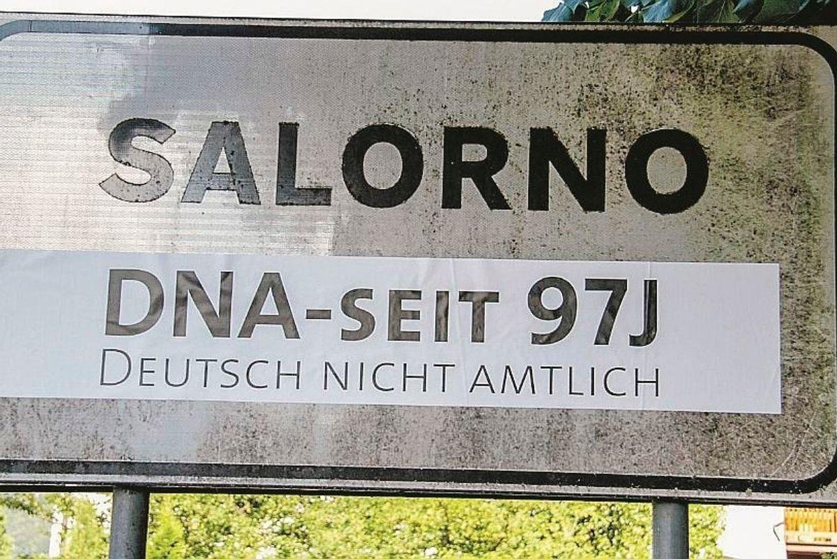 Protesta anti italiana. Gli Schützen coprono i cartelli stradali