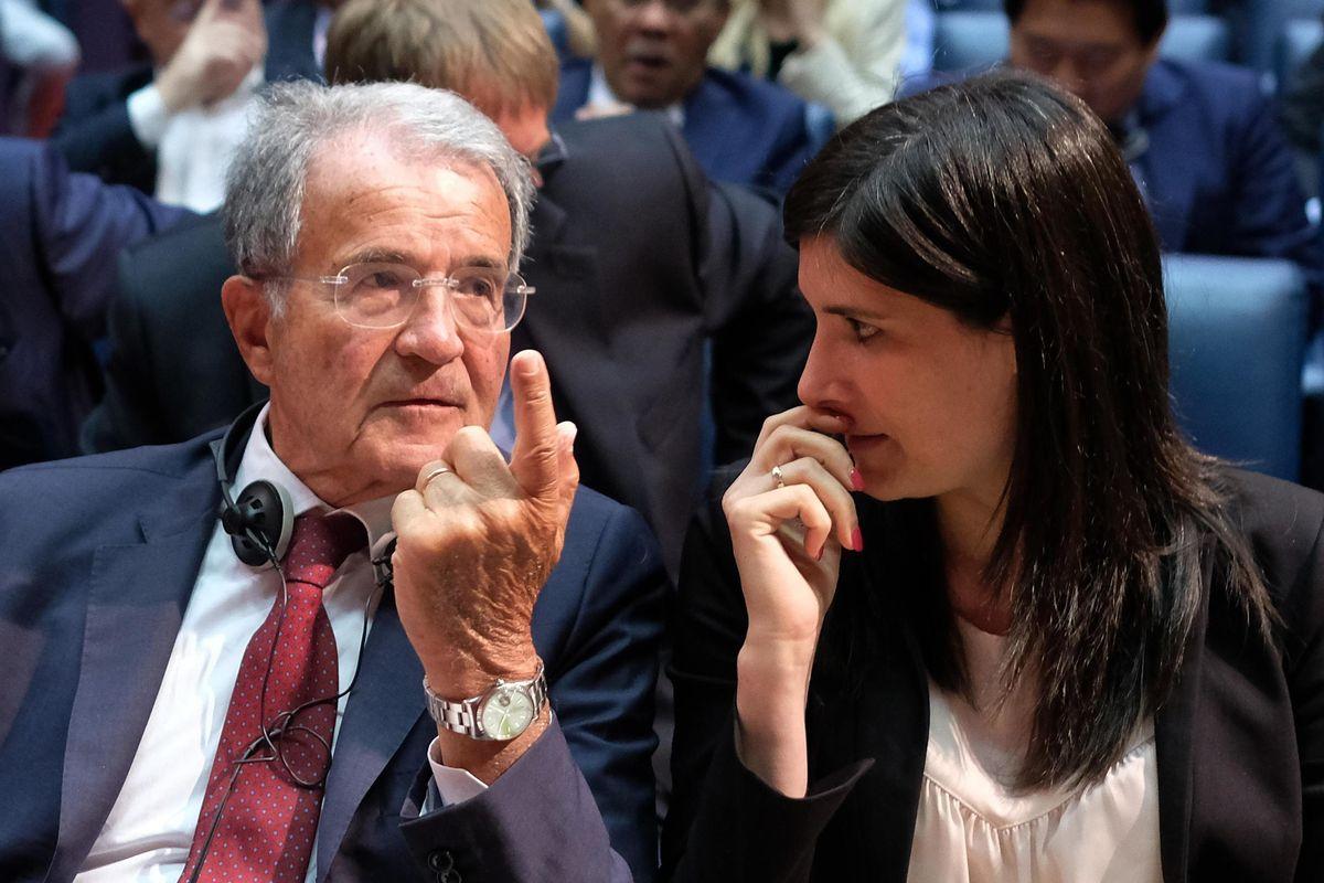 Arriva Prodi e invoca il grande inciucio. Casini e Gianni Letta: «Dentro pure il Cav»
