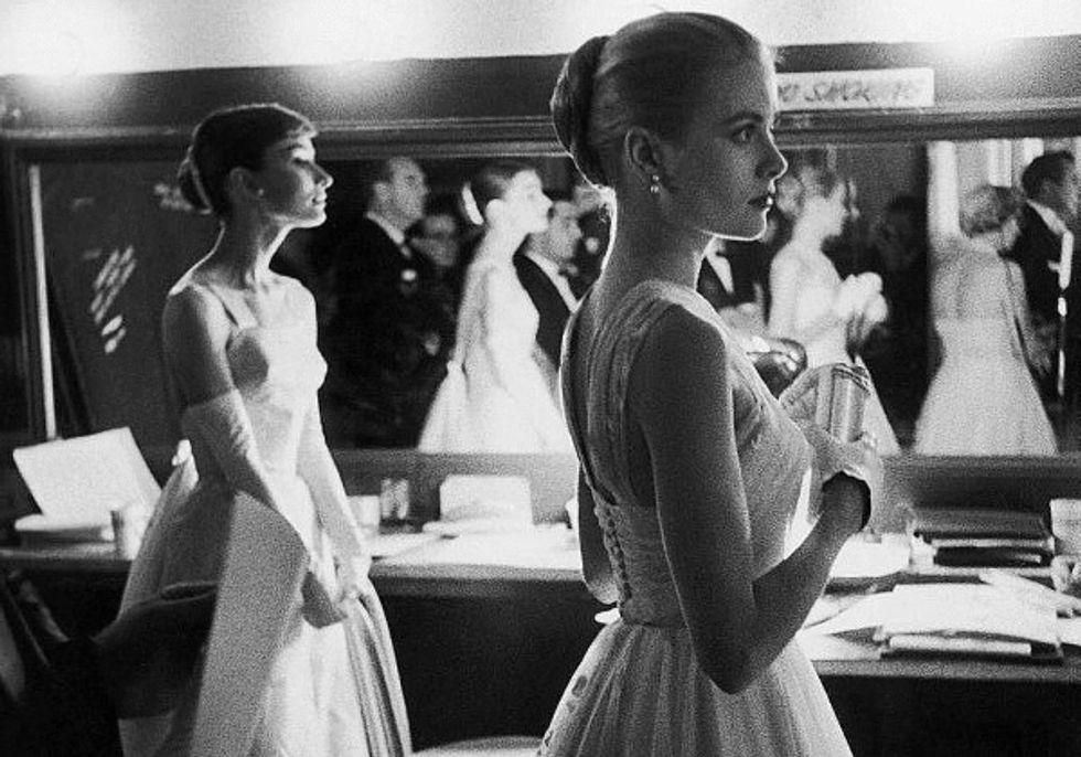http://images6.fanpop.com/image/photos/40200000/drey-Hepburn-and-Grace-Kelly-at-The-Oscars-1956-audrey-hepburn-40235657-600-420.jpg
