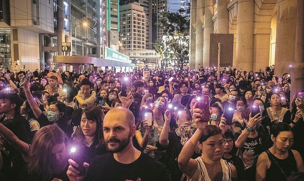 La Cina da sola contro il mondo invia 10.000 militari a Hong Kong