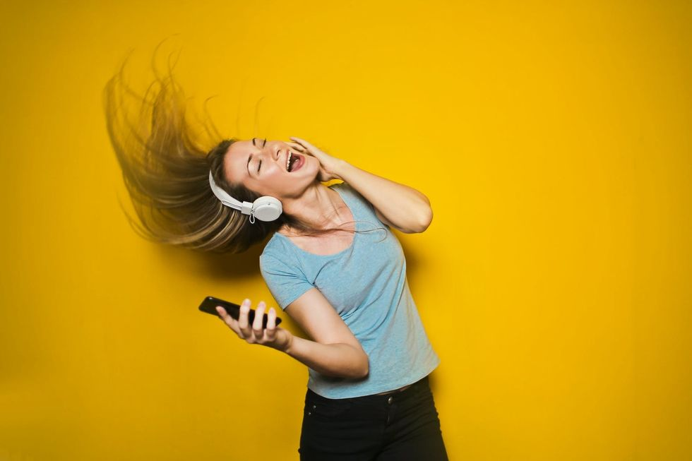 7 Loudly Relatable Things That All Headphone Users Can Sing Along In Tune To