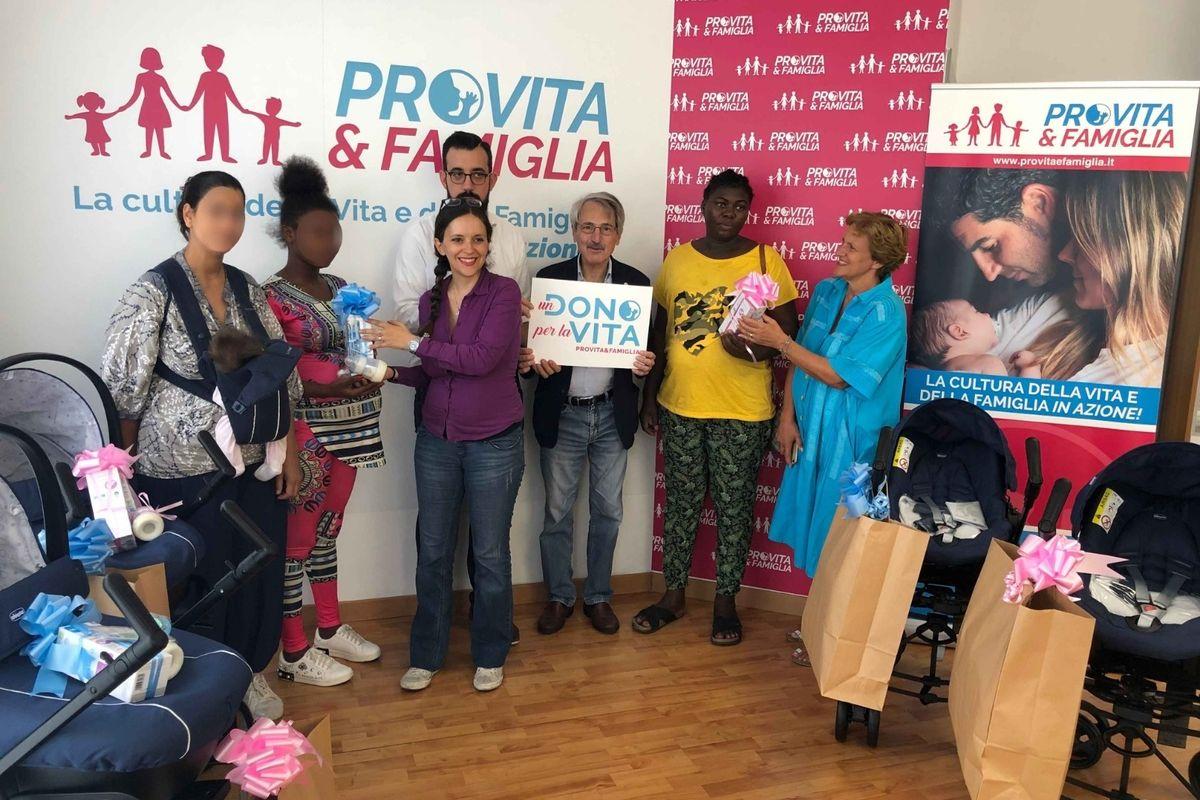Pro Vita & Famiglia: «Oggi consegniamo i primi passeggini a quattro mamme coraggio»