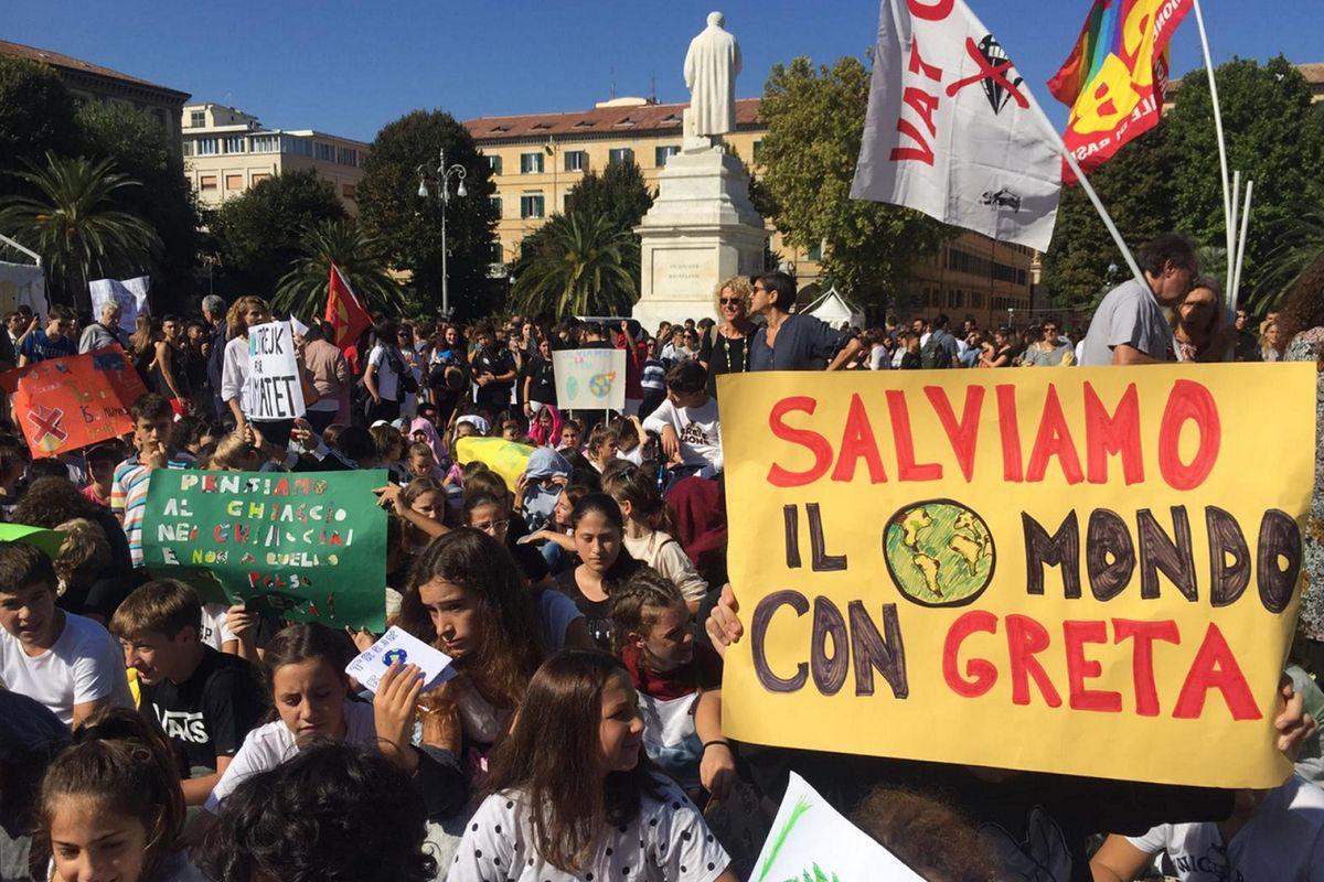 I giovani in piazza contro i potenti ricevono l'applauso di tutti i potenti