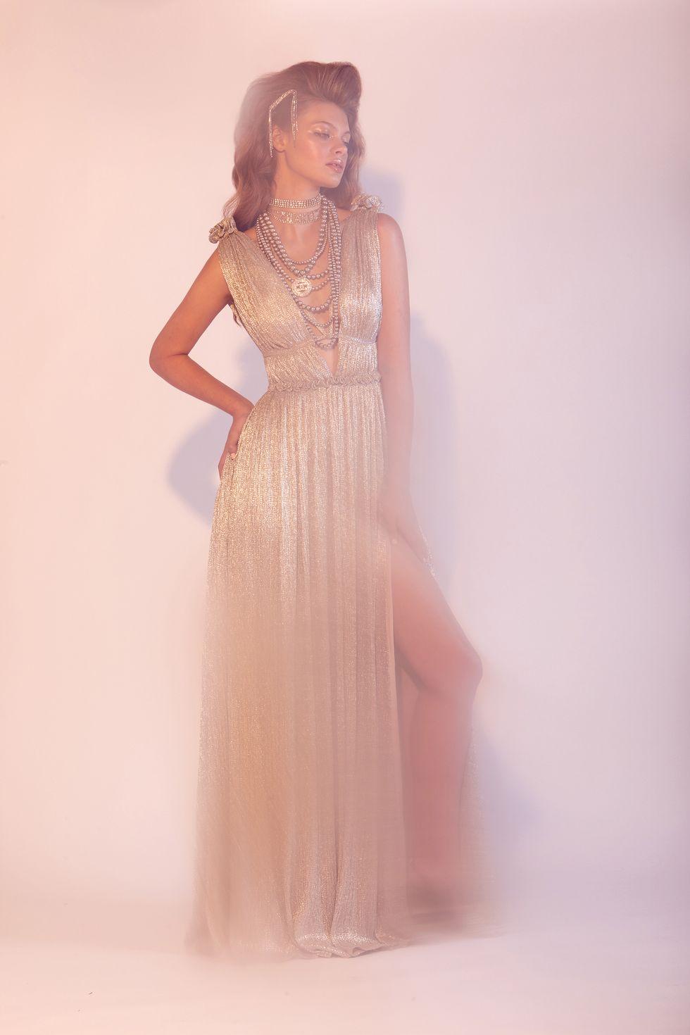 Vestido plateado de Jonathan Simkhai, pasadores de cristal plateados de Alessandra Rich, choker de Chanel, perlas metalizadas de Chanel.