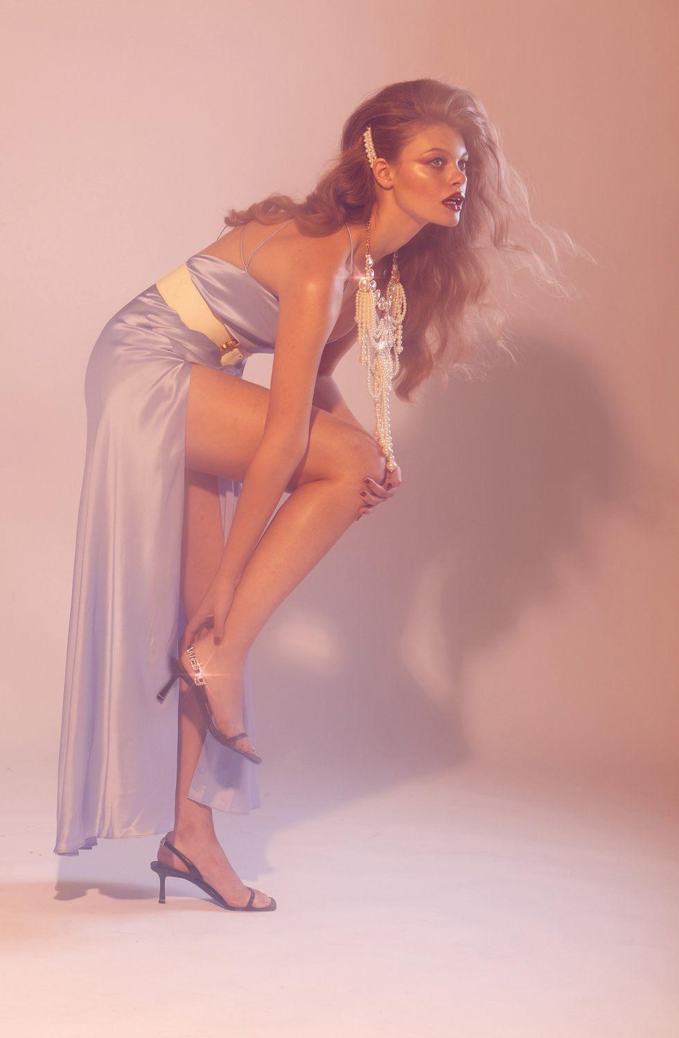 Vestido de Michelle Mason. Sandalias de Alexander Wang. Cintur\u00f3n vintage de Celine. Collar vintage YSL de Yves Saint Laurent. Broche de perlas vintage Edelweiss de Chanel.