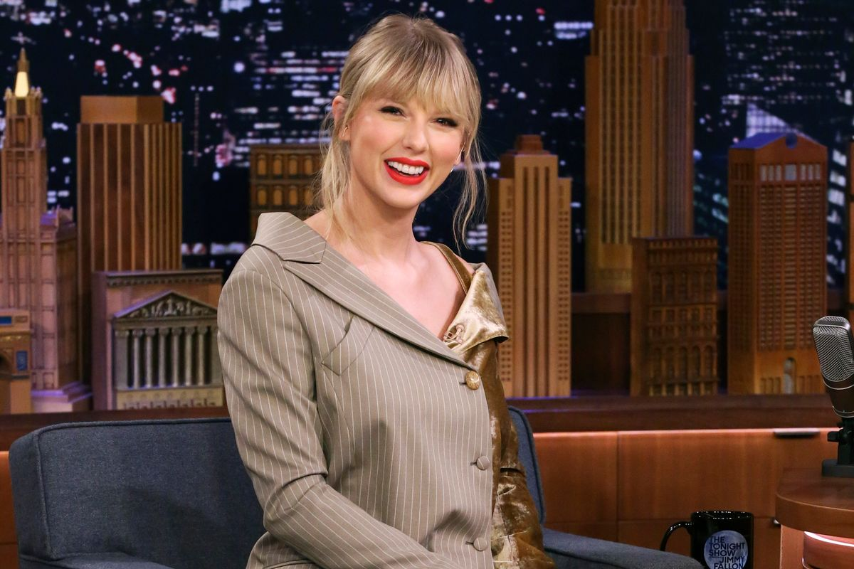 Watch Taylor Swift Freak Out Over a Banana