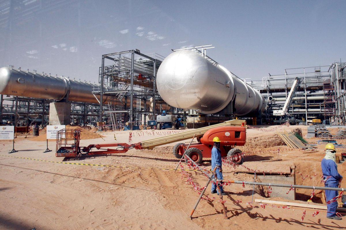 Attacco all'Arabia, petrolio alle stelle. E per i carburanti prezzi già in salita
