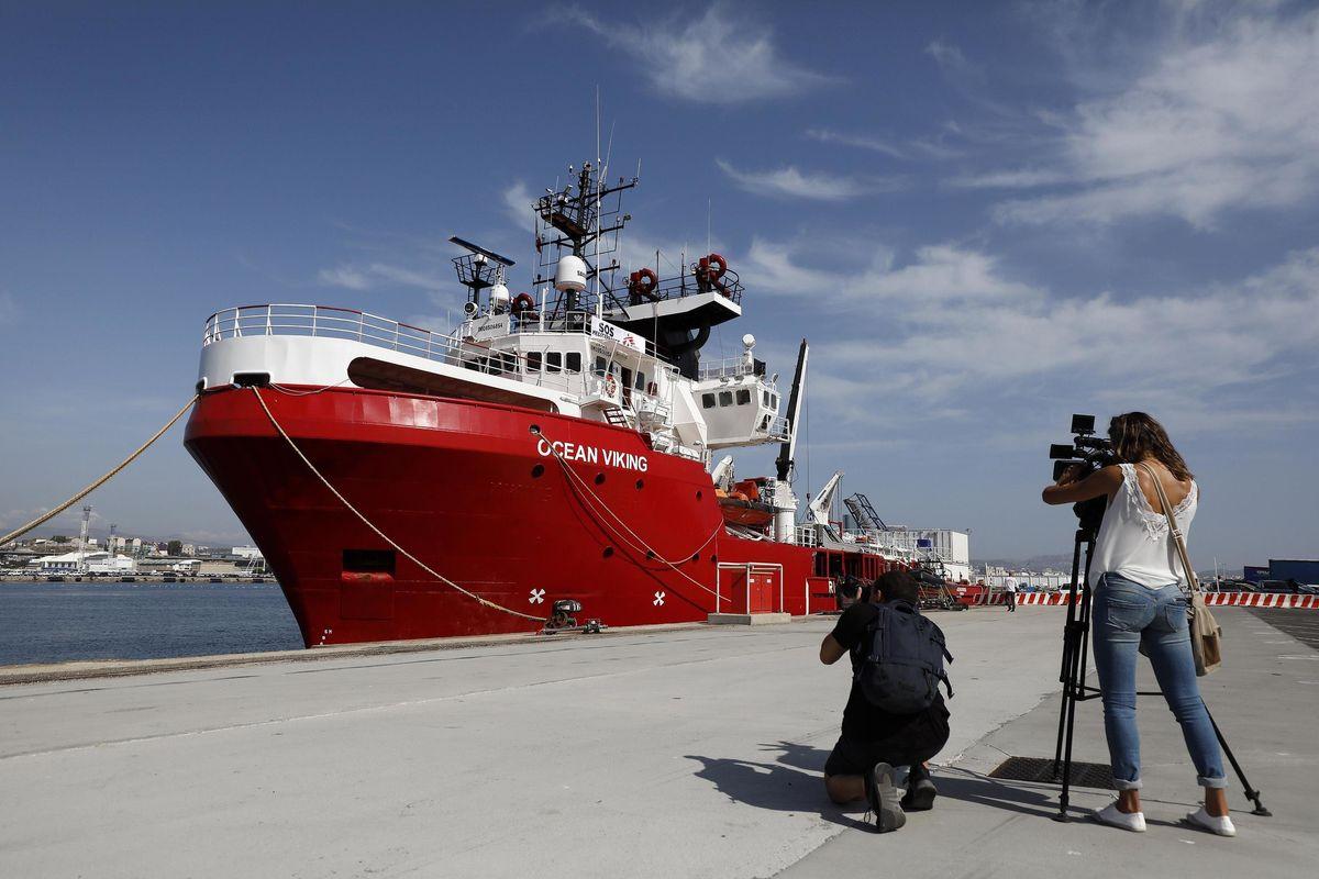 La Ocean Viking ora ci ha preso gusto. Le Ong caricano altri 109 migranti