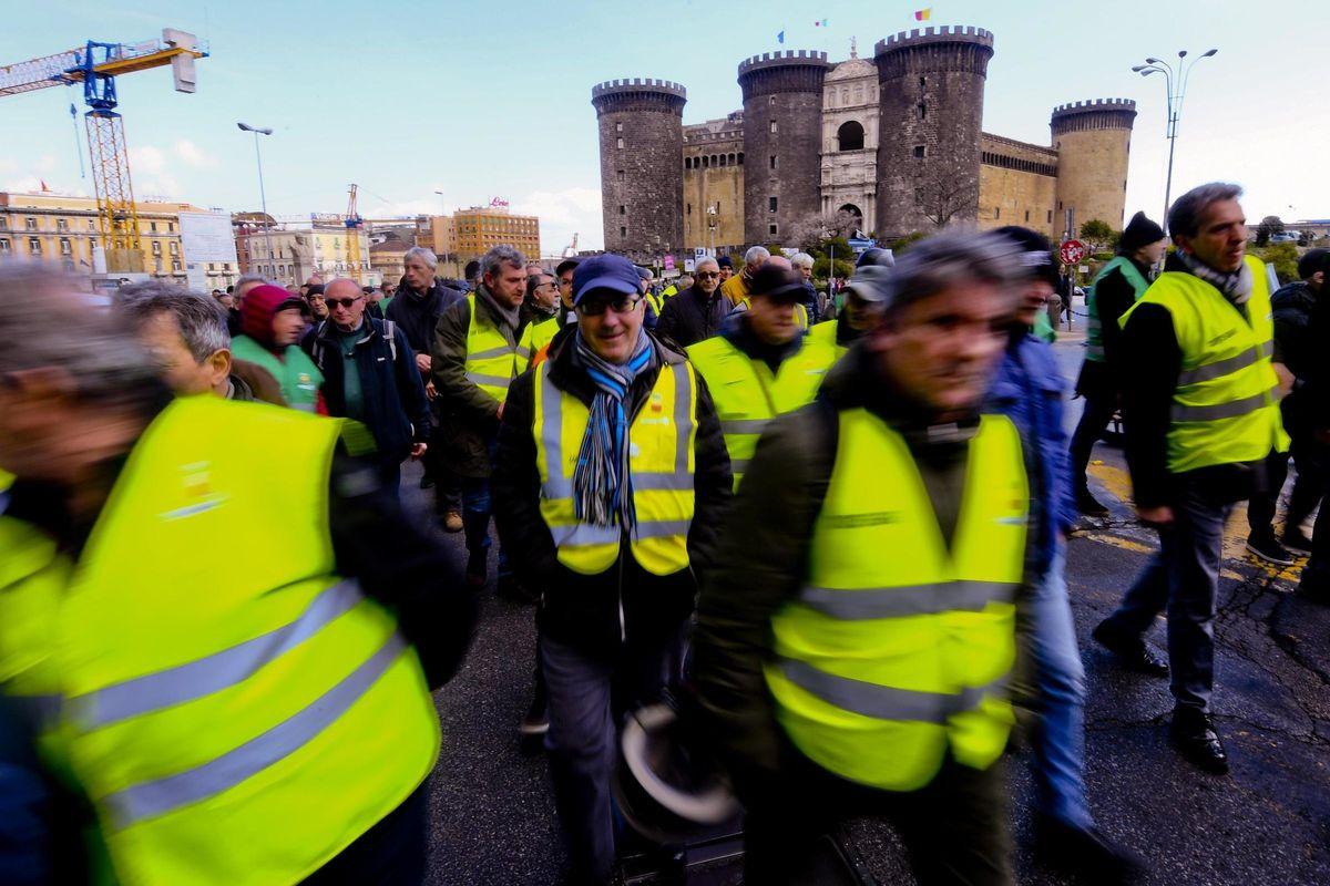 La polizia di Macron bastona i gilet gialli. Ma i black bloc sono fra i gretini