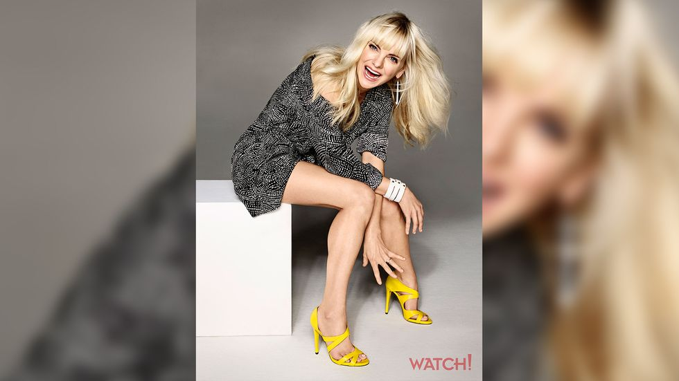 Anna Faris of Mom in black and white minidress and bright yellow sandals