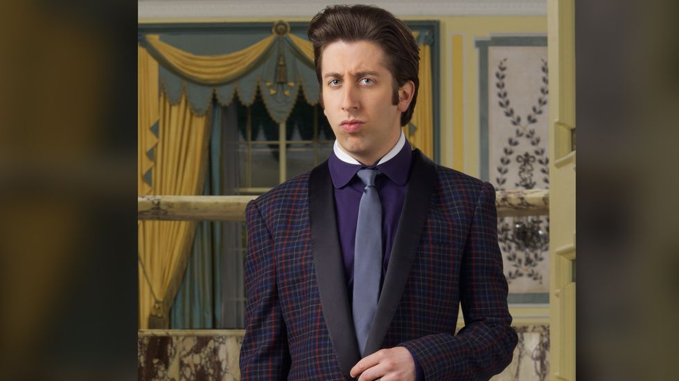 Simon Helberg of The Big Bang Theory in blue and purple checkered tuxedo with purple shirt