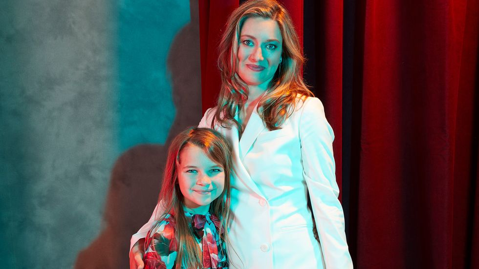 Young Sheldon's Raegan Revord and Zoe Perry in front of a curtain