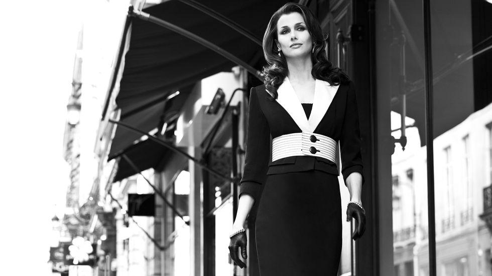 Bridget Moynahan walking a sidewalk