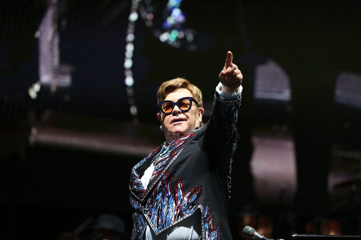 Elton John pubblica l'autobiografia e mostra il dramma dell'utero in affitto