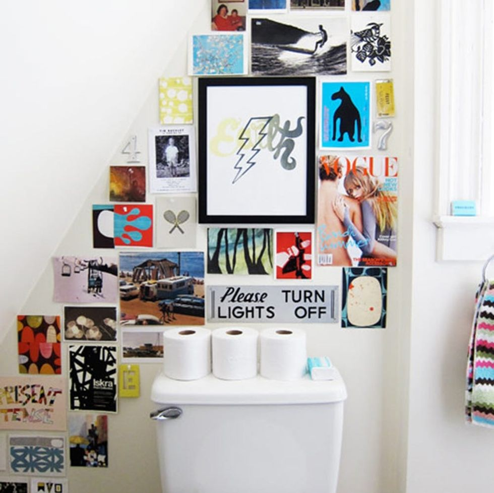 Just Call It The Loovre 15 Ways To Hang Art In The Bathroom Brit Co