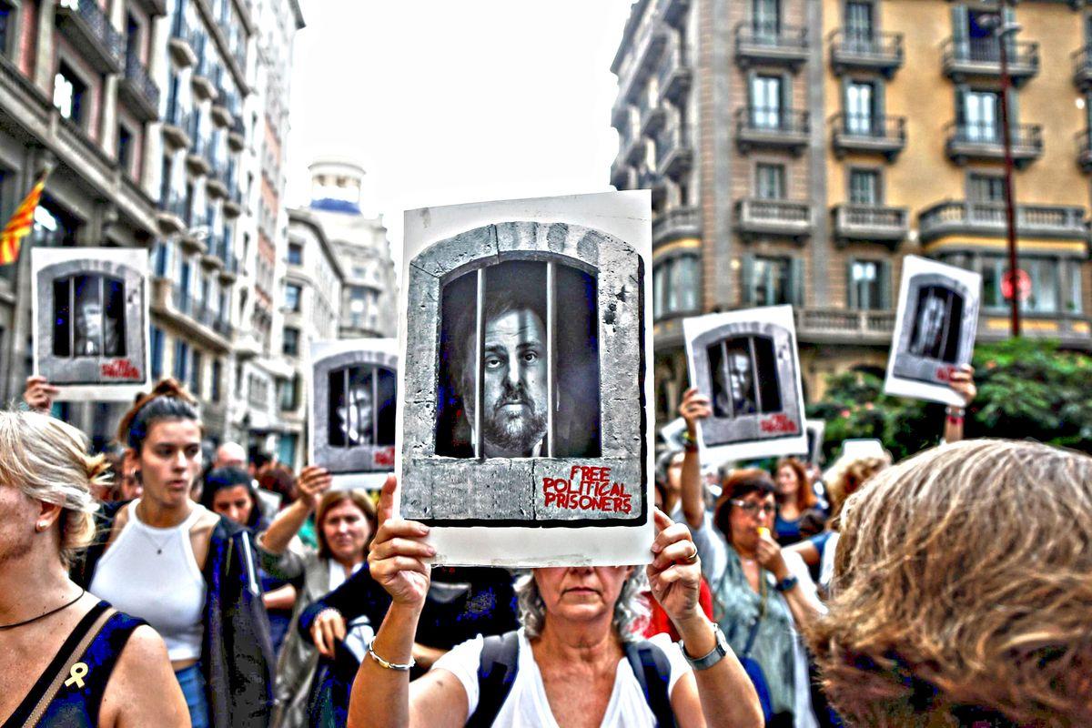 Scontri a Barcellona dopo le condanne ai leader separatisti