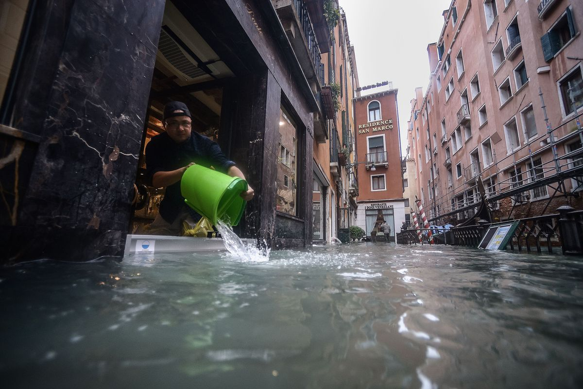 Record delle maree da 147 anni. Cacciata da San Marco una troupe