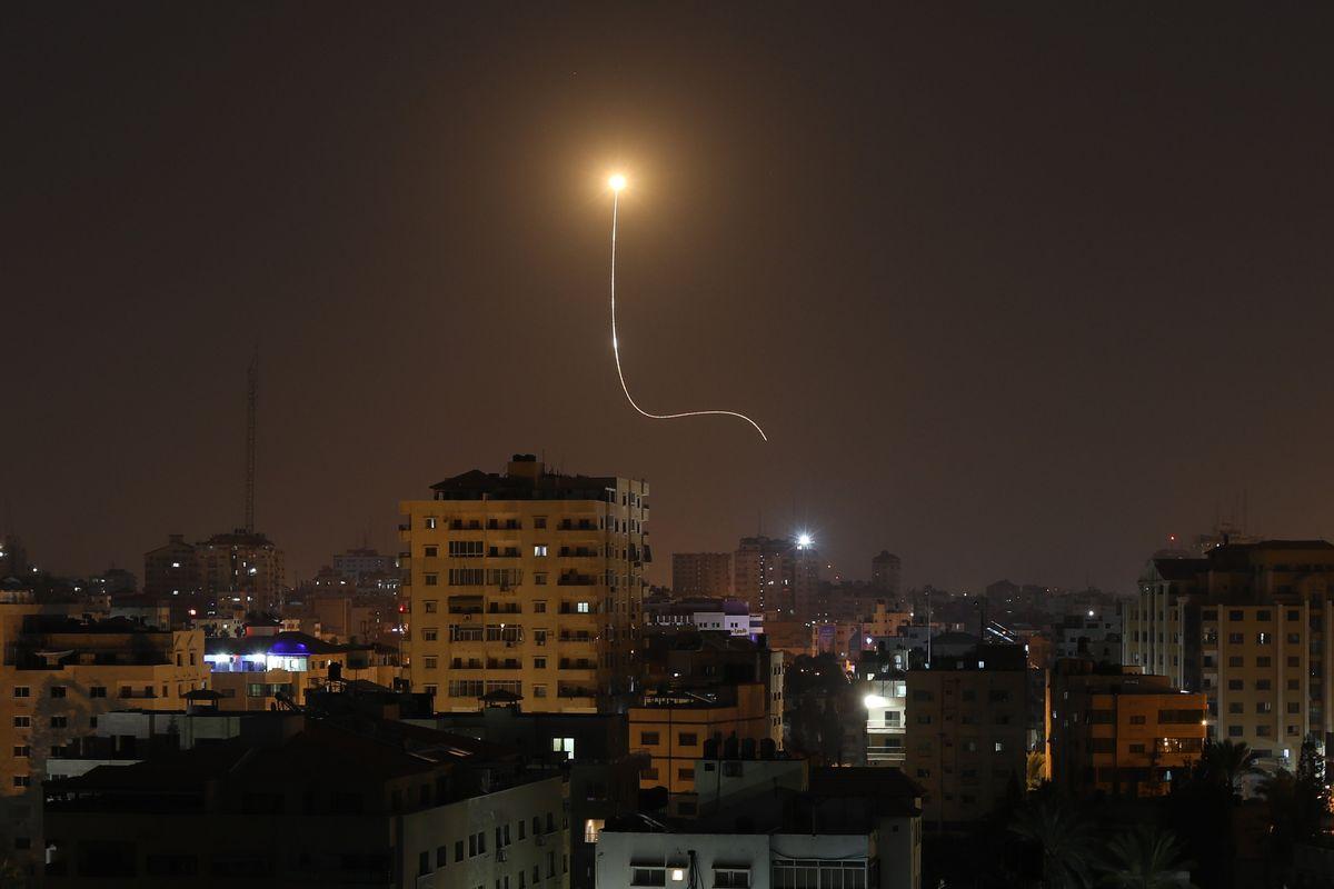 La pioggia di razzi su Israele manda in tilt la Farnesina: Di Maio nicchia, Di Stefano incontra l'Iran
