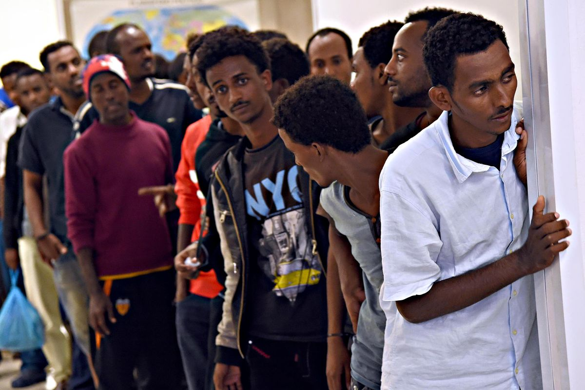 Le dritte al migrante di legali e attivisti: «Per restare in Italia iscriviti all'Arcigay»