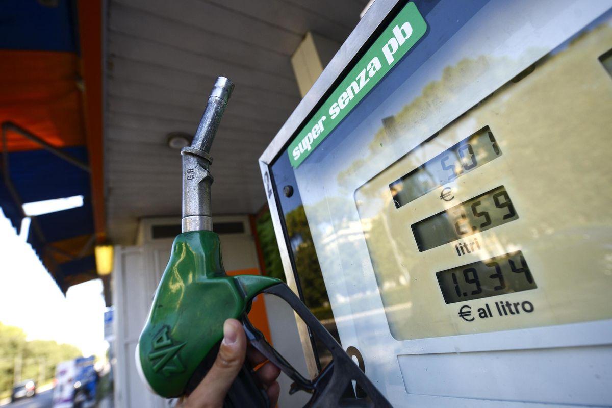 Altri 4 miliardi di tasse sulla benzina. Ma il Milleproroghe regala mancette