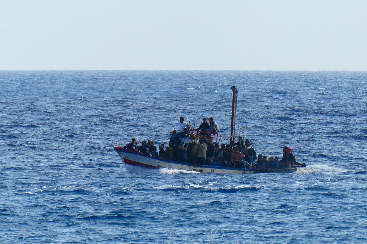 Riprendono gli sbarchi dalla Libia. Tre navi delle Ong cercano un porto