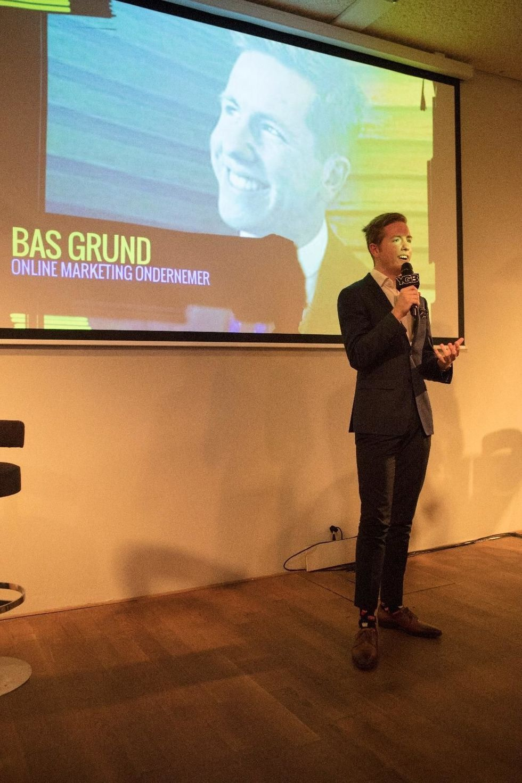 Bas spreekt op een event
