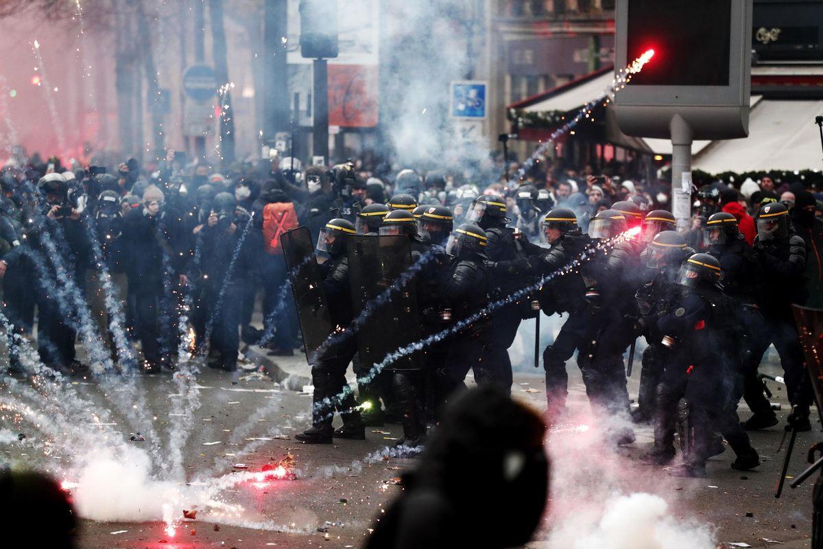 Le proteste contro la riforma delle pensioni infiammano Parigi